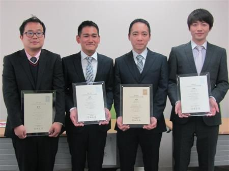 第29回ヤングシナリオ大賞の授賞式に出席した左から赤松新さん、相馬光さん、宮崎翔さん、石川宙人さん=東京・台場
