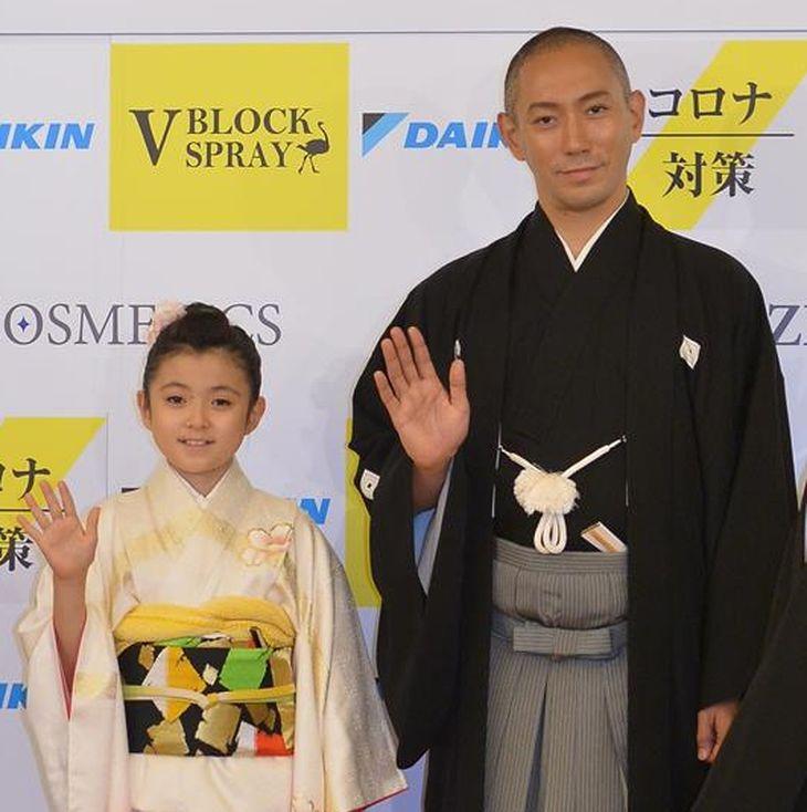 歌舞伎俳優の市川海老蔵と長女の市川ぼたん(撮影・林俊志)