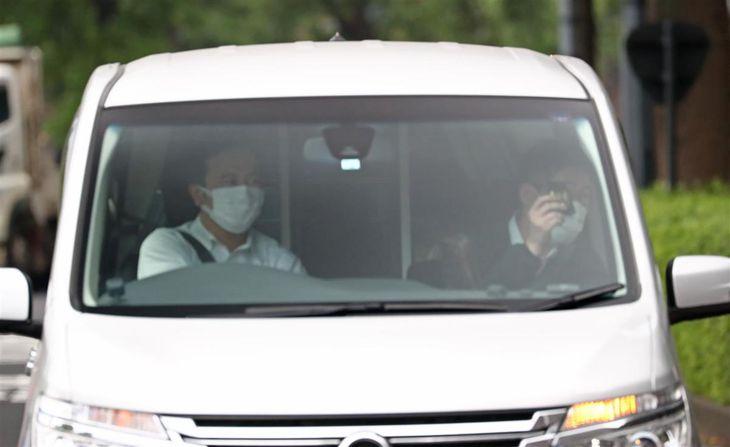 酒気帯び運転で逮捕され、警視庁に入る山口達也容疑者が乗った車両=22日午後、東京都千代田区(桐山弘太撮影)