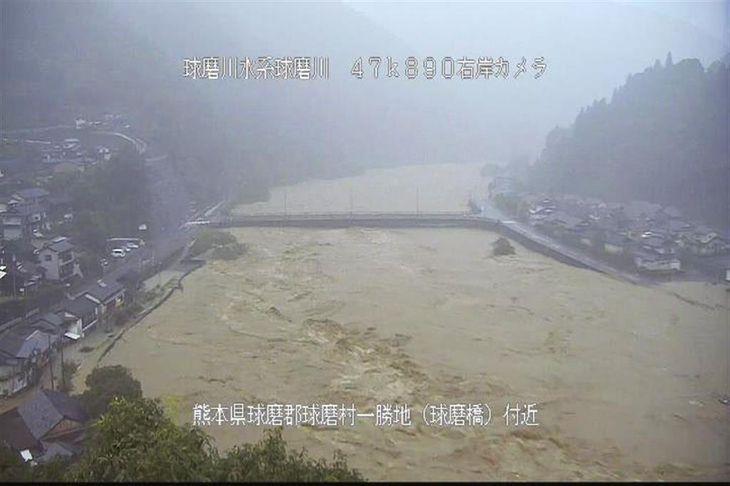 増水して水位が増した球磨川のライブカメラ映像。熊本県球磨村一勝地の球磨橋付近=4日午前6時54分(国交省提供)