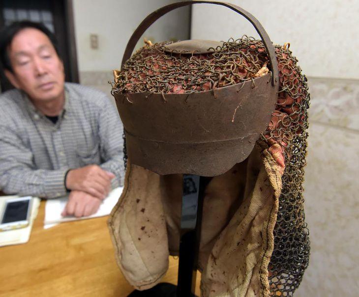"""新潟県内で見つかった""""強化型""""鎖頭巾。額や頭頂部を守るとみられる工夫が施されている=10月28日、大阪府藤井寺市(藤崎真生撮影)"""