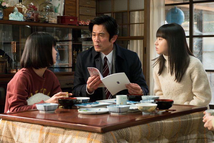 左から未知(蒔田彩珠)、耕治(内野聖陽)、百音(清原果耶) (C)NHK