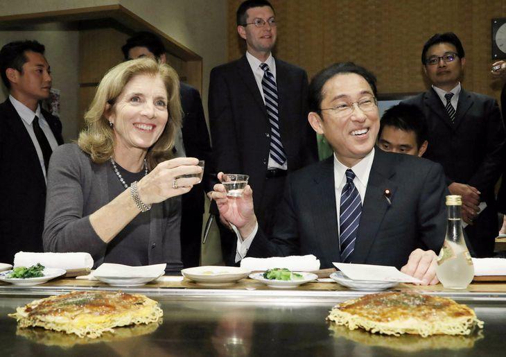 2016年11月、ケネディ駐日米大使(左)と、東京・浅草のお好み焼き店で食事をしながら会談する岸田外相