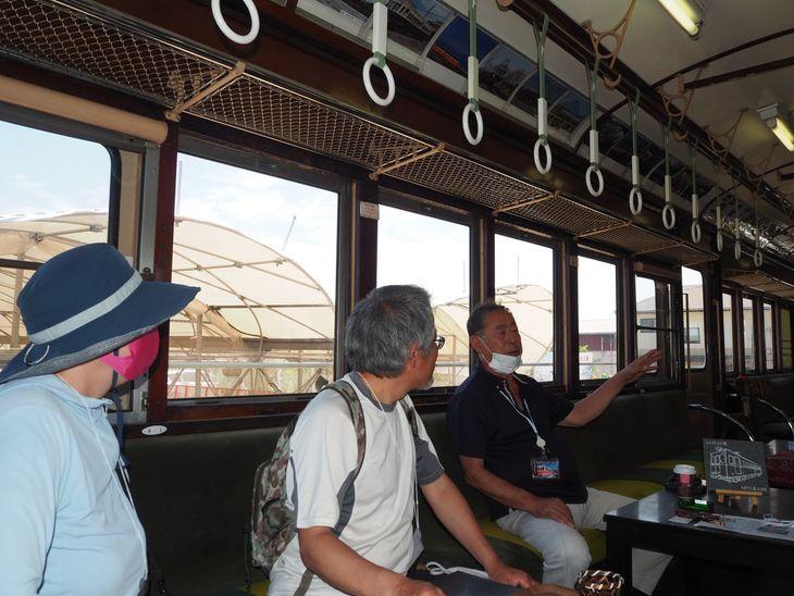訪れるお遍路さんや鉄道ファンらに20形23号への熱い思いを語る笹尾正福さん(右端)=高松市牟礼町大町