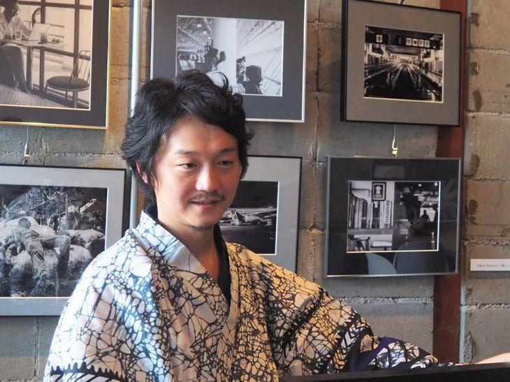 ルワンダの生地で仕立てた着物で展示販売会に登場した香川智彦さん