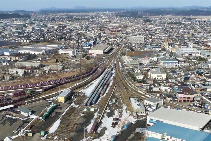 秋田臨海鉄道がJR貨物と共用する秋田港駅(中央)。右に延びるのは南線、左に延びるのは北線=秋田市土崎港西(八並朋昌撮影)