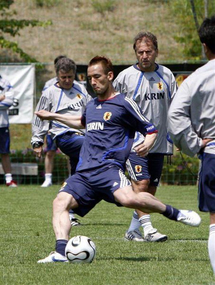 日本代表の合宿で、シュート練習をする中田英寿選手(左)を見守る =2006年5月、福島県のJヴィレッジ