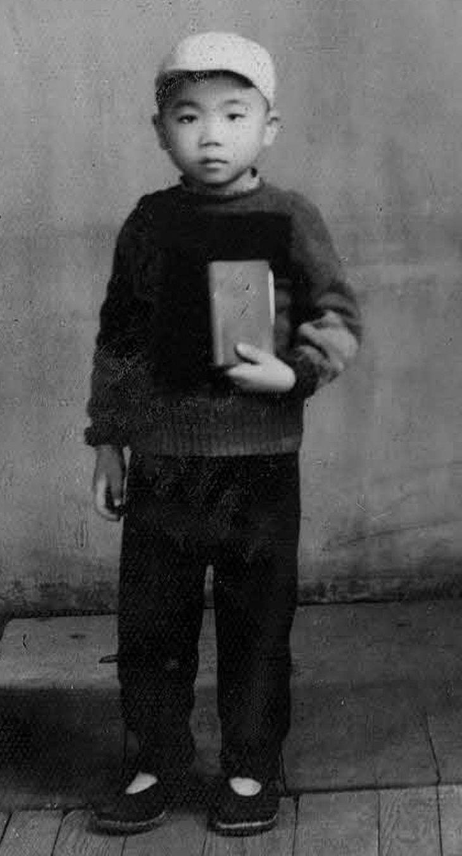 少年時代は「毛主席の小戦士」だった。手にしているのは毛語録