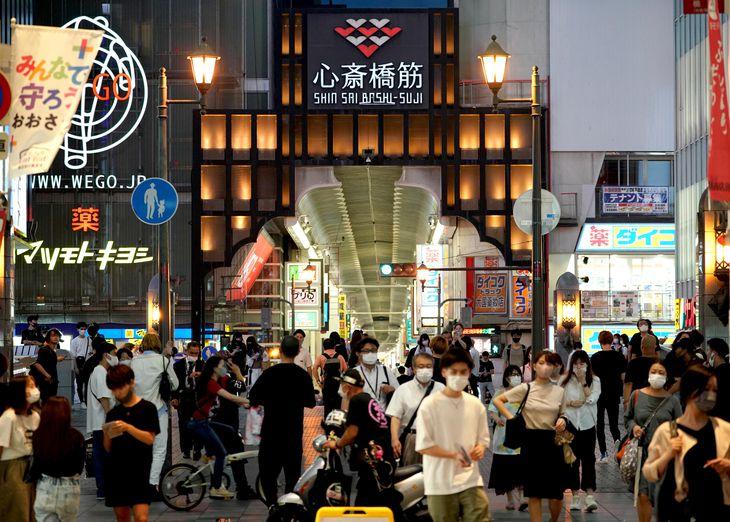 緊急事態宣言下でも多くの人々が行き交う大阪・ミナミの戎橋周辺=大阪市中央区(恵守乾撮影)