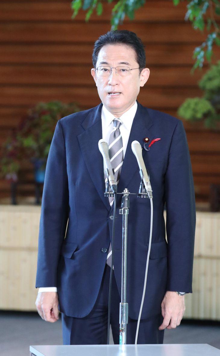 記者団の質問に答える岸田文雄首相=6日午前、首相官邸(矢島康弘撮影)