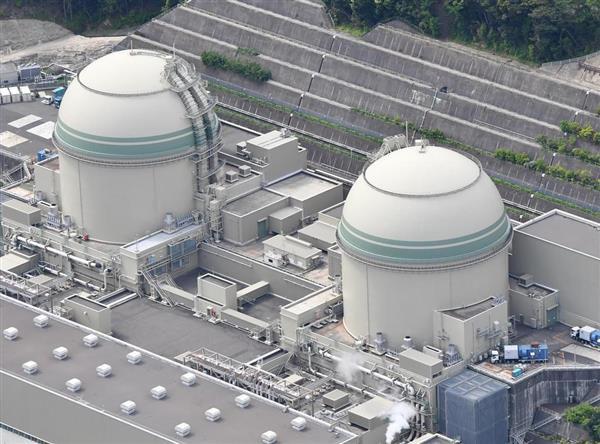稼働中の関西電力高浜原発3号機(左)と定期点検中の4号機。猛暑が続くと電力が逼迫しそうだ=福井県高浜町(本社ヘリから)