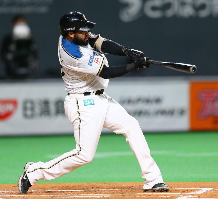 2回、適時打を放つ日本ハム・R・ロドリゲス=札幌ドーム(三浦幸太郎撮影)