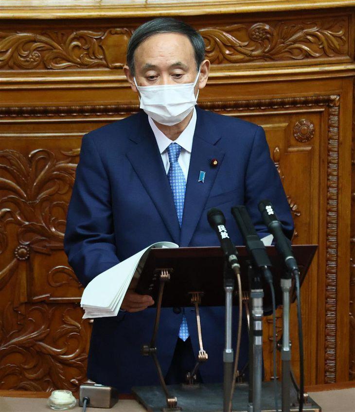 参院本会議で答弁する菅義偉首相=14日午前後、国会(春名中撮影)