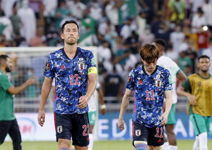 サウジアラビアに敗れ、厳しい表情の吉田(左)と、うつむく古橋=ジッダ(共同)