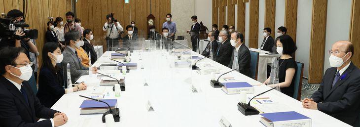 首相官邸で開かれた皇位継承策に関する有識者会議(春名中撮影)