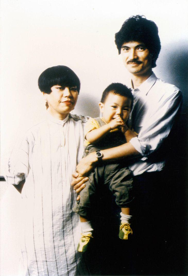 夫、息子と。パリコレに進出し、ノリに乗っているときに出産を経験した