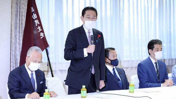 自民党の選対本部会議で発言する岸田文雄首相。手前は甘利明幹事長=11日午後、東京・永田町の自民党本部(春名中撮影)