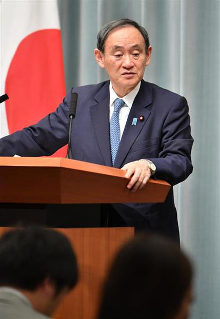 会見する菅義偉官房長官=8日午前、首相官邸(斎藤良雄撮影)