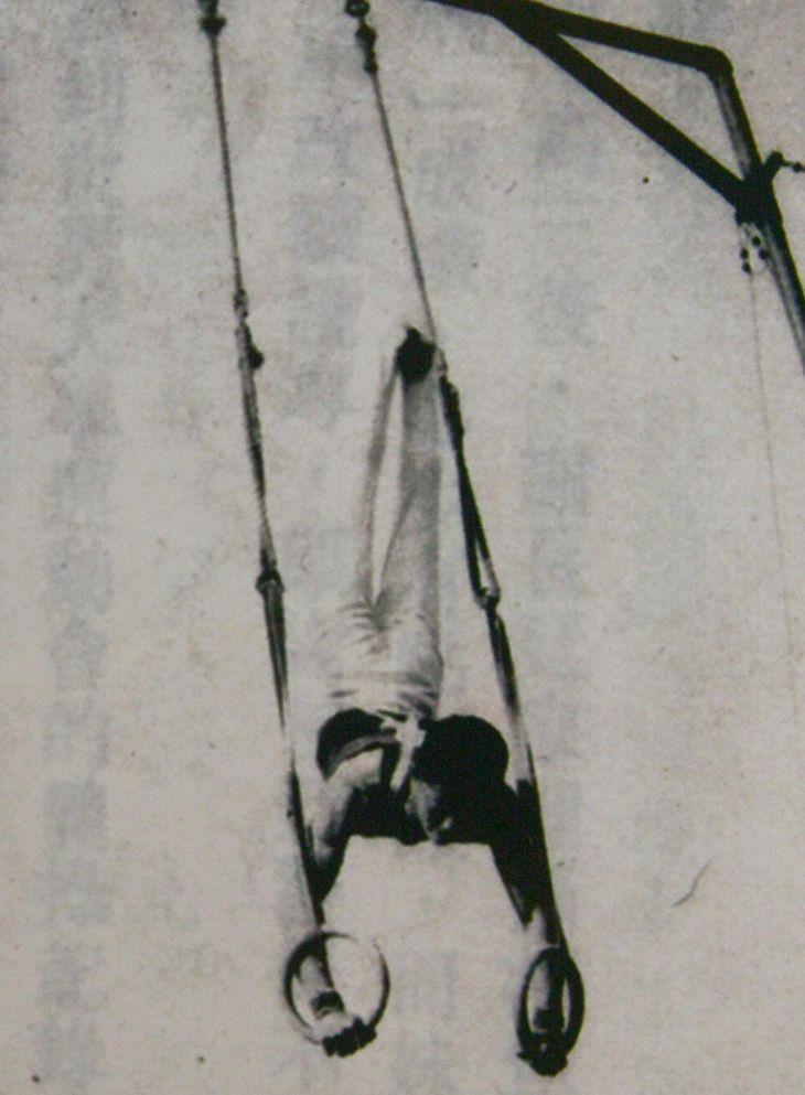 器械体操の選手として日本の国体に相当する台湾の大会に出場。つり輪で倒立を決める謝長廷代表 =1961年ごろ