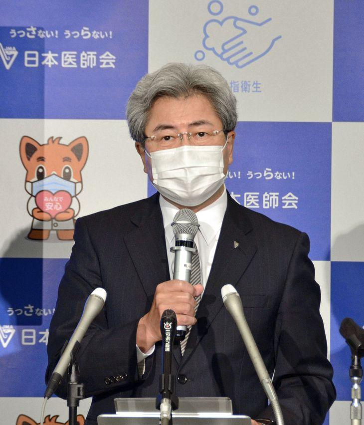 記者会見する日本医師会の中川俊男会長=8日午後、東京都文京区