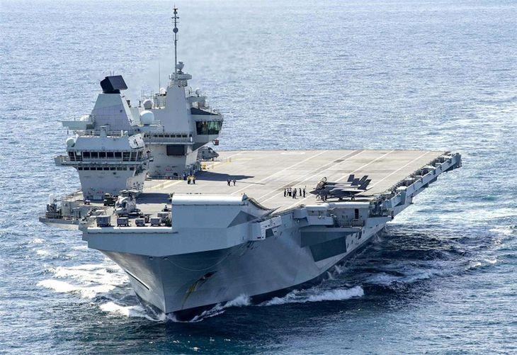 英空母「クイーン・エリザベス」(米海軍提供)