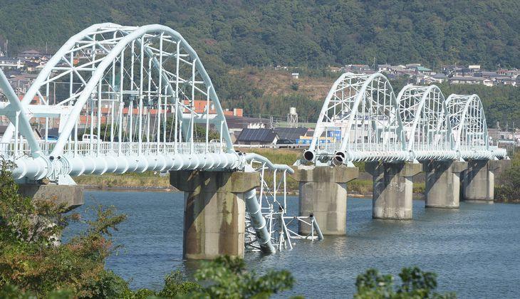 一部が崩落した「六十谷水管橋」=6日、和歌山市