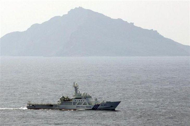 尖閣諸島・魚釣島周辺を警戒航行する海上保安庁の巡視船(古厩正樹撮影)