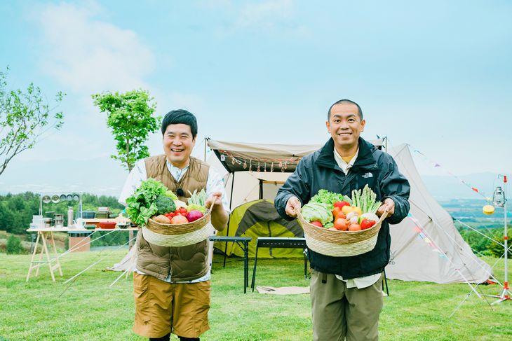 豪華な食材を手にBBQのキャンプ旅に臨んだタカアンドトシ(右)(C)UHB/YOSHIMOTO KOGYO
