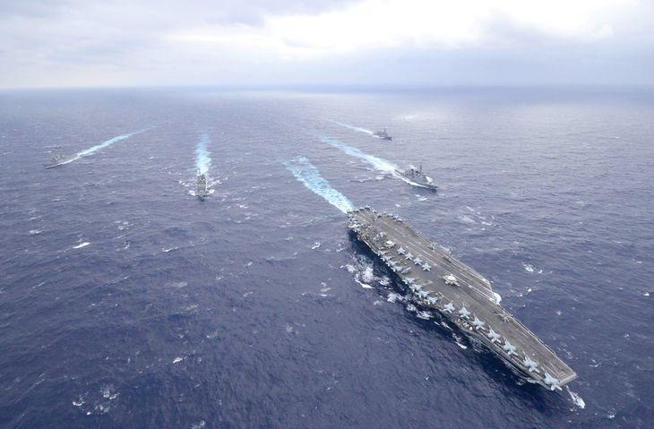 1月に米空母「セオドア・ルーズベルト」(中央)と共同訓練を行ったときの様子。右2隻が海上自衛隊の護衛艦(海自提供)