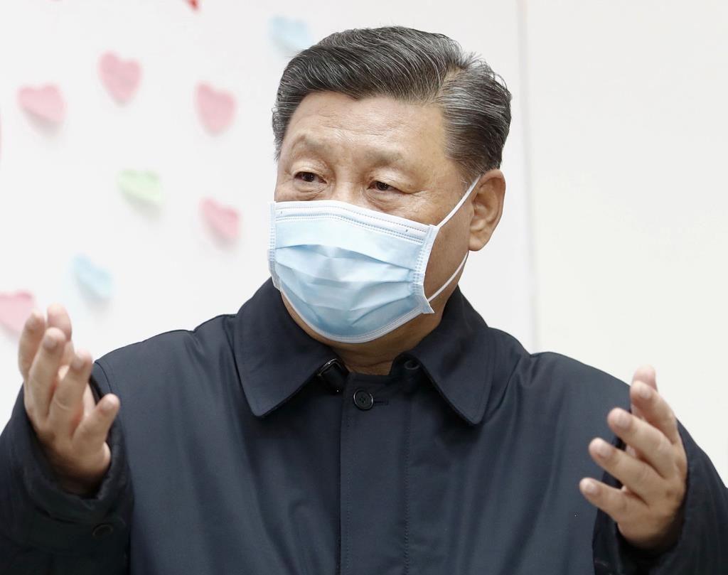 マスク姿で北京市内の施設を視察する中国の習近平国家主席=10日(新華社=共同)