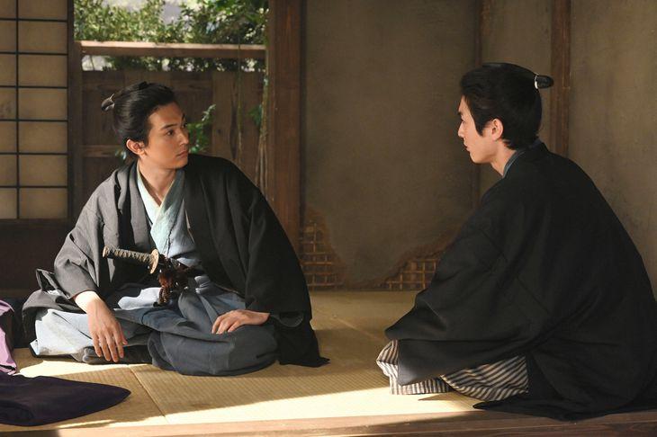 左から渋沢栄一(吉沢亮)、渋沢喜作(高良健吾) (C)NHK