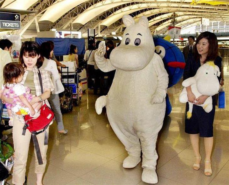 フィンランド航空のイベントに参加するムーミン。「フィンランドの作品」として認知されているが「フィンランドが舞台」かどうかははっきりしない=平成15年6月、関西空港