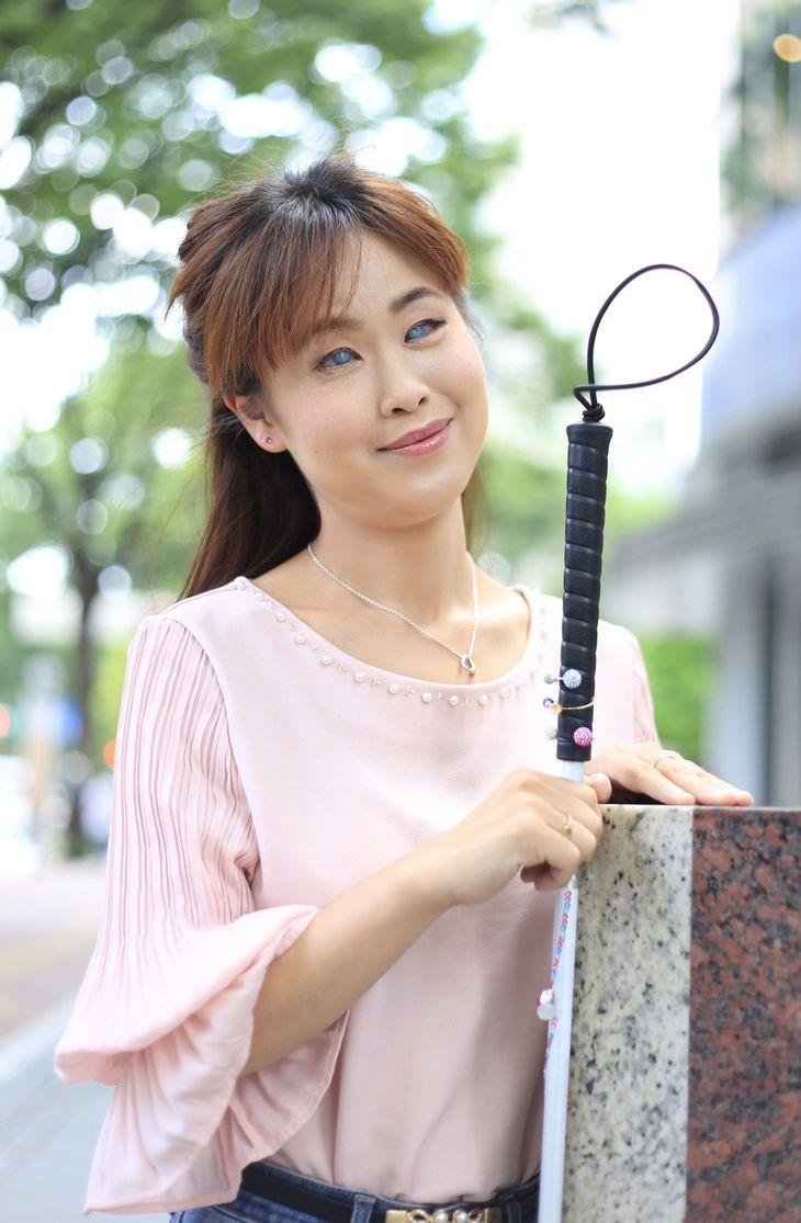 きれいな石でデコレーションした白杖を手にポートレート撮影。撮影会は日本視覚障がい者美容協会の人気イベントだという