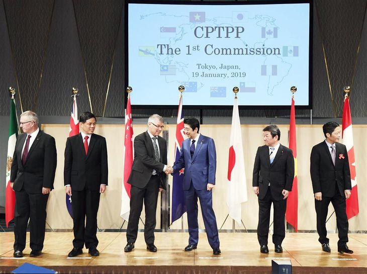 第1回環太平洋戦略的経済連携協定(TPP)委員会 記念写真後、参加国閣僚と握手する安倍晋三首相(当時・中央右)=2019年11月19日午後1時9分、東京都内のホテル(代表撮影)
