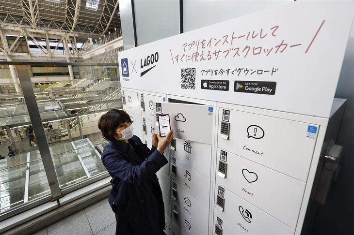JR大阪駅に設置された、定額使い放題ロッカー=23日午前