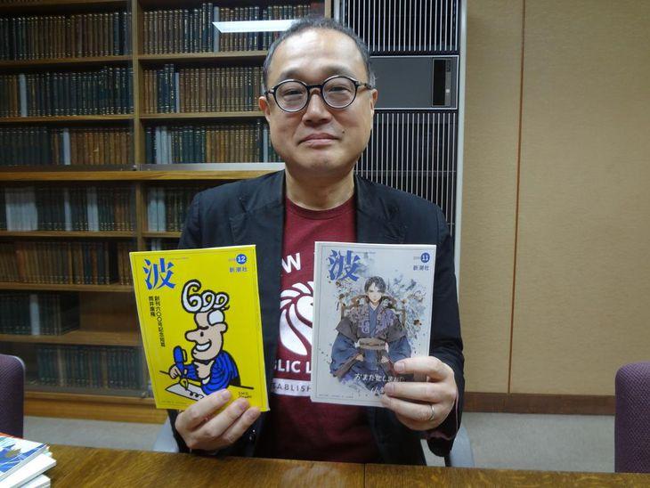 ベストセラーとなったファンタジー作品「十二国記」のイラストが描かれた599号(右)と600号を手にする楠瀬啓之「波」編集長