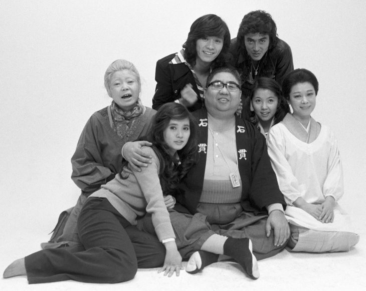 TBSドラマ「寺内貫太郎一家2」の出演者らと写真に納まる小林亜星さん(前列中央)=1975年3月、東京都内