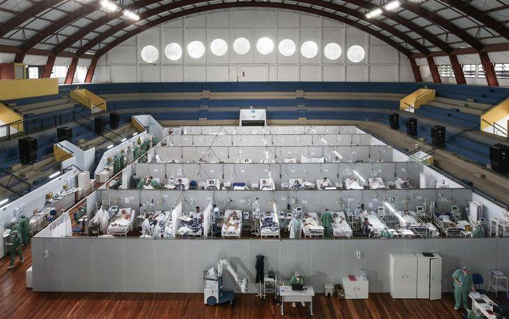 ブラジル・サンパウロ近郊にあるスポーツ施設を利用した野戦病院=3月11日(ゲッティ=共同)