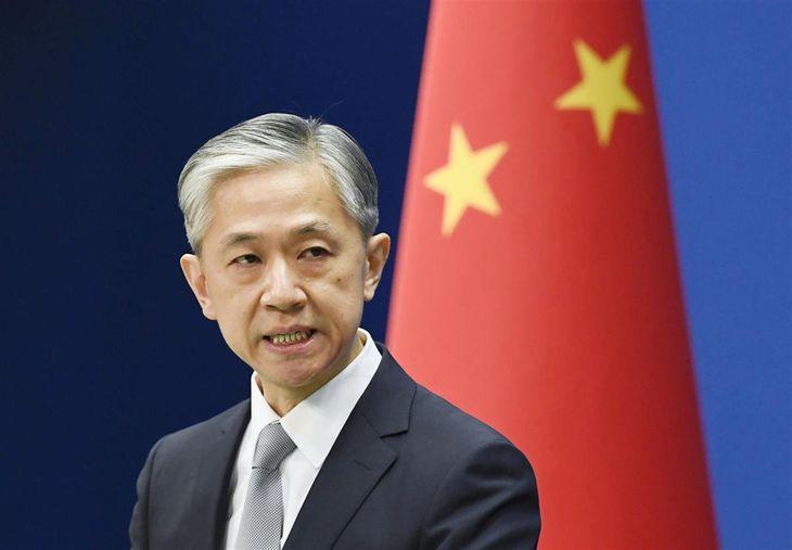 記者会見する中国外務省の汪文斌副報道局長(共同)