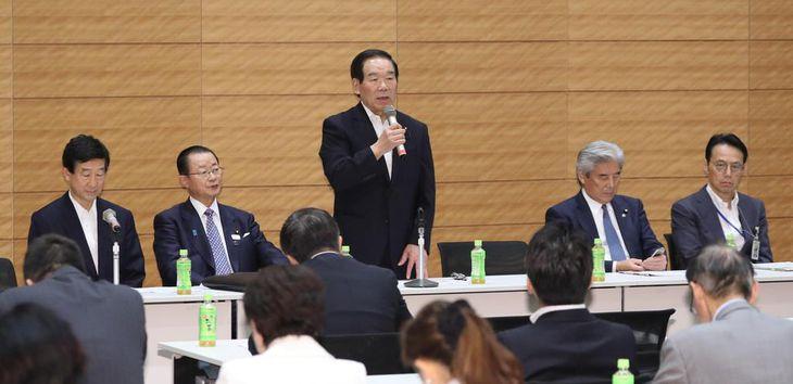 日韓議員連盟総会で挨拶する額賀福志郎会長(中央)=12日午後、国会内(春名中撮影)