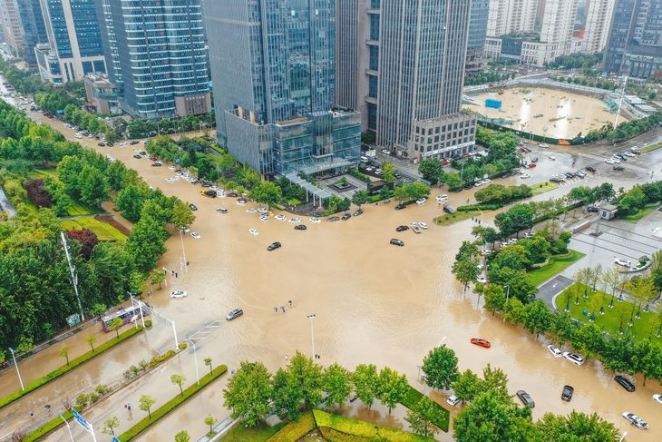 豪雨で冠水した中国河南省鄭州市内=21日(共同)