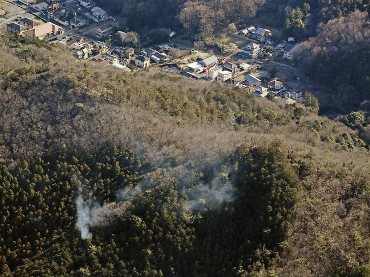 延焼が続く栃木県足利市の山林火災現場=27日午後3時4分(共同通信社ヘリから)