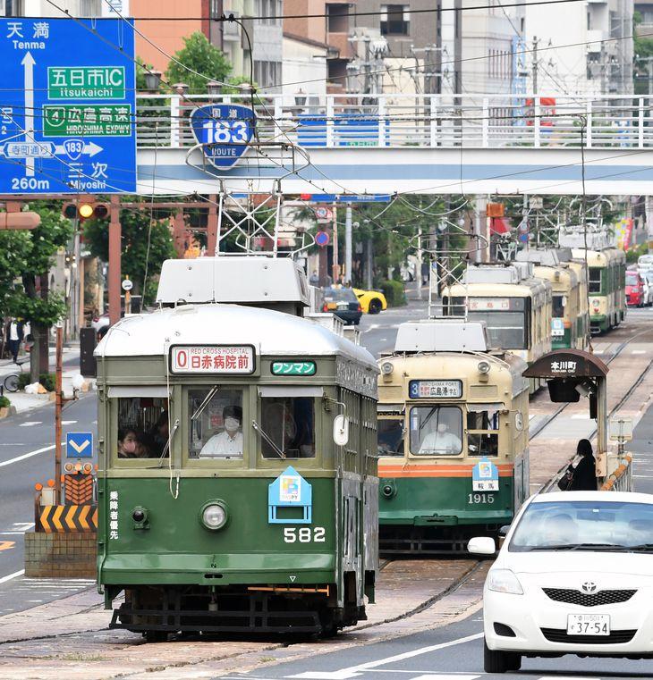通勤ラッシュ時間帯に続行する車両。元神戸市電(手前)や元京都市電(2両目)など、昭和後期に広島に移籍した車両も現役だ=広島市中区