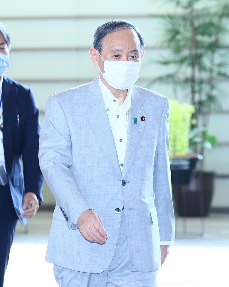 出邸する菅義偉首相=21日午前、首相官邸(春名中撮影)