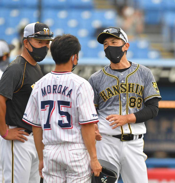 森岡コーチと話す矢野監督(右)と井上ヘッドは株を下げた