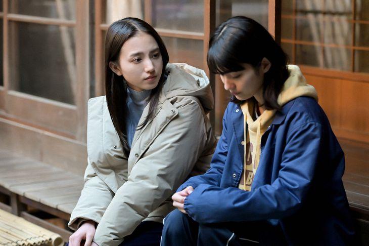 百音(清原果耶、左)と未知(蒔田彩珠) (C)NHK