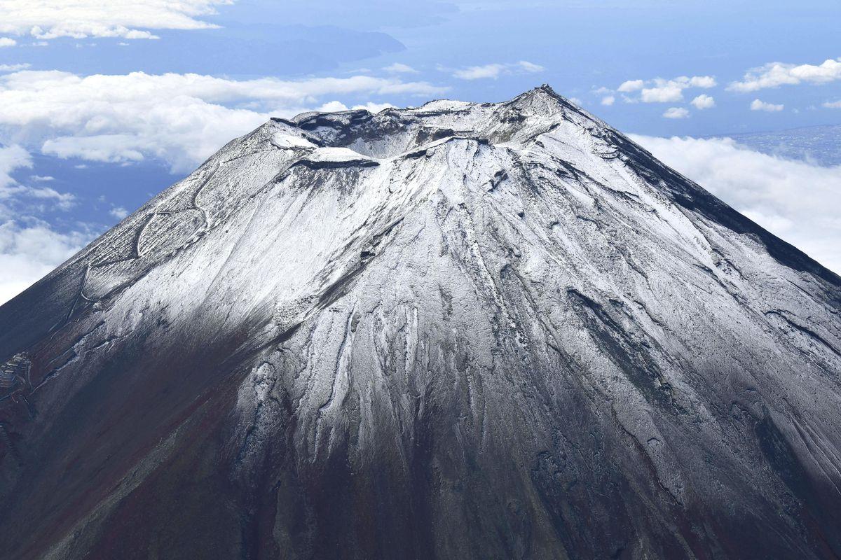 初冠雪した富士山=7日午前9時44分(共同通信社ヘリから)