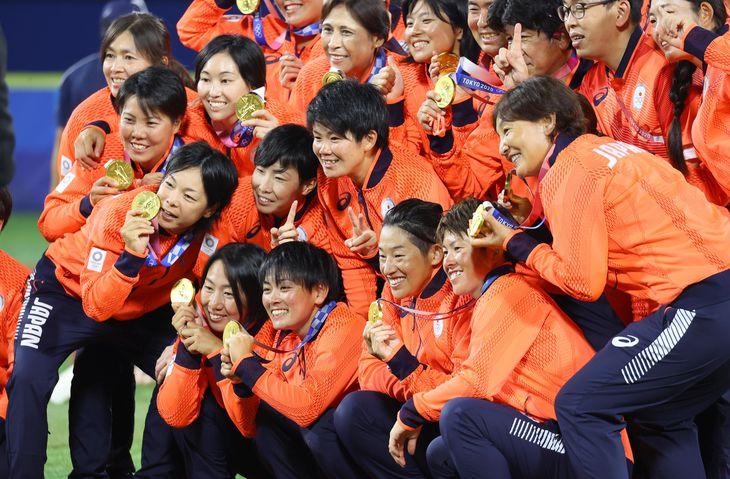 【東京五輪2020 ソフトボール 決勝】〈アメリカ対日本〉金メダルを決めた日本代表の選手ら=27日、横浜スタジアム(納冨康撮影)