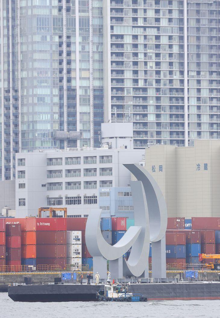 曳航される「スリーアギトス」のモニュメント=6日午前、東京都品川区(納冨康撮影)