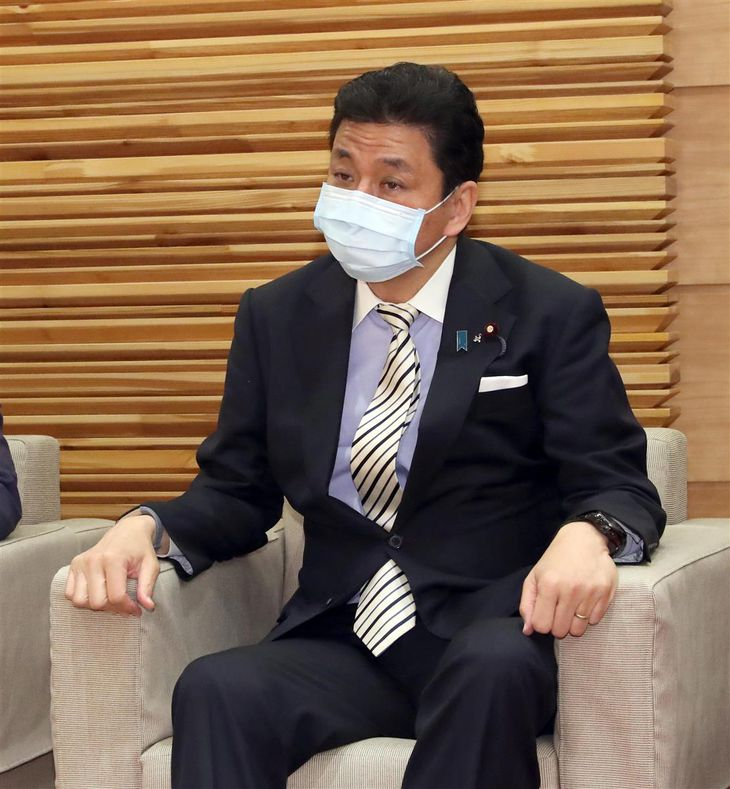 閣議に臨む岸信夫防衛相=8日午前、首相官邸(春名中撮影)